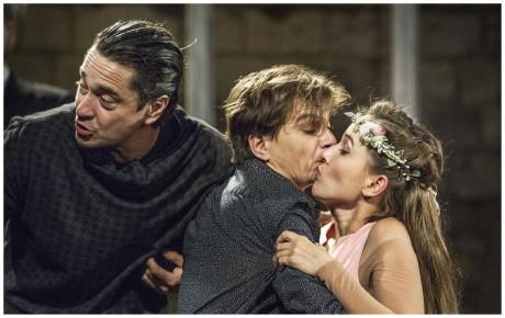 Romeo a Julie na Pražském hradě je inscenace svižná, vtipná, zábavná, přitom jsou v ní i ostny bolesti, doteky smrti a poznání. FOTO PATRIK BORECKÝ
