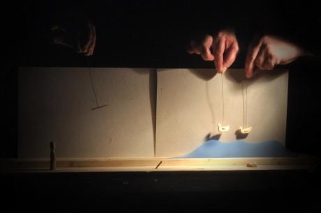 Příběh je sehrán ve volném vyprávěcím orientálním rytmu miniaturními loutečkami na malebném pozadí jezerní krajiny. FOTO archiv souboru