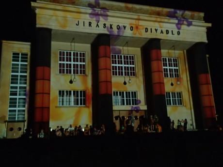 Videomapping na budově Jiráskova Hronova. FOTO archiv autorky