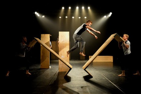 Tématem tanečně-pohybové inscenace plné náročných akrobatických čísel je fantazie a hry dětství. FOTO FRANTIŠEK ORTMANN