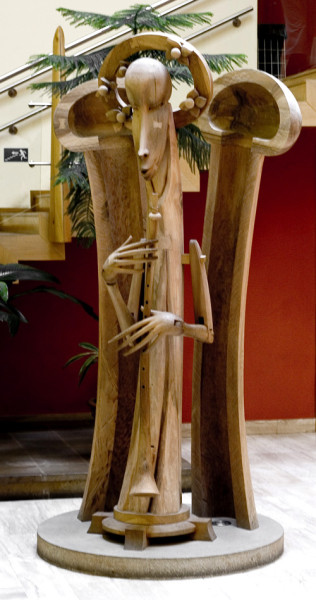 To je plastika z ořechového dřeva od Michala Hejmovského. Nazvali jsme ji Múzou Radosti. FOTO archiv Michala Hejmovského