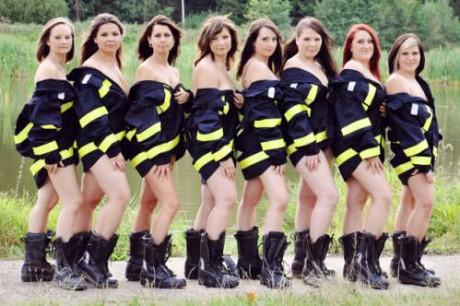 """Jsme hasičky z Ořechova-Ronova, které poprvé """"přičichly"""" k tomuto krásnému sportu v roce 2006. Od té doby se pravidelně zúčastňujeme soutěží v našem okolí. V rámci propagace našeho sboru a snahy o výdělek na nové hasičské vybavení, jsme se rozhodly nafotit kalendář na rok 2013. FOTO archiv"""