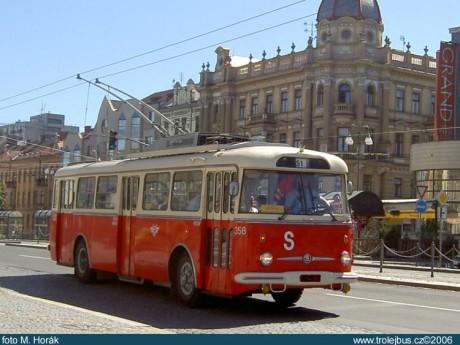 Trolejbus přijížděl na zastávku. FOTO M. KUČERA