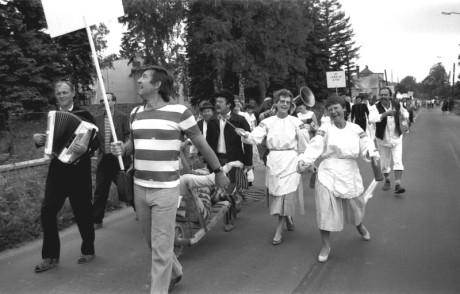 Průvod členů Ořechovského duivadla městem Vysoké nad Jizerou u příležitosti oslav 200 let tamního divadla, 1986. FOTO archiv OD