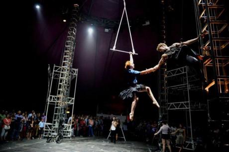 """Pozoruhodný byl pro mě především vhled do """"zákulisí"""" – akrobaté se totiž tu a tam stávají techniky a před očima diváků přestavují scénu nebo vlastní váhou na kladkách zajišťují kolegy FOTO FRANTIŠEK ORTMANN"""
