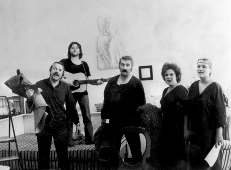 S Pavlem kohoutem, Vlastou Třešňákem, Pavlem landovským a terezou kohoutovou-Boučkovou během bytového představení kohoutovy Hry na Macbetha, 70. léta. FOTO archiv