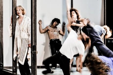 """Nevím, kolik je v inscenaci """"pravých"""" tanečníků ze speciální taneční skupiny divadla, ale """"pravých"""" činoherců jsem napočítal tři. FOTO ARNO DECLAIR"""