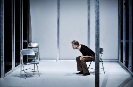 Poslední zmiňovaný výstup je monolog s prázdnou židlí... FOTO ARNO DECLAIR