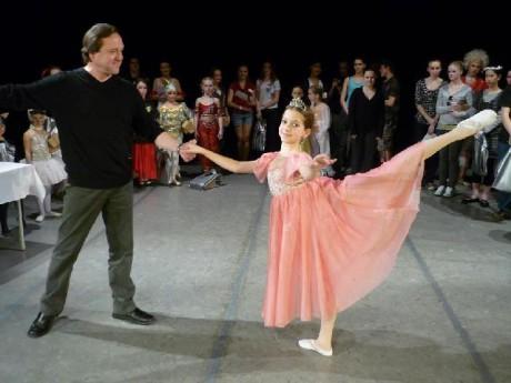 V roce 2009 s baletní nadějí ZUŠ Chrudim Klárou Voroupalovou, již předal Cenu Nejkrásnější arabeska. FOTO archiv ZUŠ Chrudim