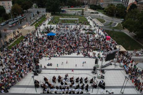 Odhadem přes tisíc lidí si přišlo poslechnout úvodní koncert sezóny. FOTO VÍT VANĚK