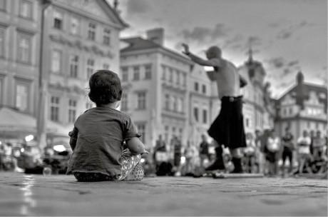 """Herec Zdeněk Velen každý den posílá svým přátelům po facebooku snímky, které nafotil v ulicích města. Jeho drobná """"zvěčnění"""" každodennosti si získávají pozornost silou okamžiku, situací, příběhem. Fotit jsem začal minulý rok okolo adventu. Koupil jsem si tehdy novou zrcadlovku a začal chodit každý den ven. Alespoň na dvě hodiny, někdy i na celý den. Fotil jsem i dřív, ale ne s větším záměrem, a taky jsem fotografie nepřeváděl do černobílé. Město a lidi v něm jsem začal objevovat až teď. A zjistil jsem, že existuje nesmírně zajímavý svět, taková druhá vrstva města. Myslím, že to zná každý. Když nepospícháte, můžete vidět věci v úplně jiných souvislostech a kontextu. Někdy jsou to jen vteřiny.  Pod názvem Pouliční fotografie – Real life only:-) vystavuje Zdeněk Velen svoje snímky do konce října v Divadle v Řeznické a průběžně na facebooku nebo ve své internetové galerii na http://zdenekvelen.wix.com/photo."""