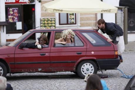 Jako jeviště i zákulisí využívají vlastní auto. FOTO Facebook