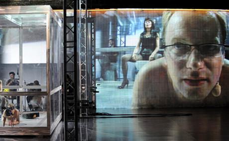Velké divadlo velkých myšlenek, témat i působivé divadelní formy (na snímku Maciej Stuhr během představení v Avignonu 2009. FOTO GERARD JULIEN