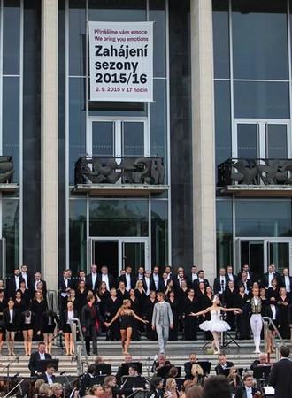 Na nově zbudované ploše před Janáčkovým divadlem bylo lidí jako o táboru lidu. FOTO archiv NDB