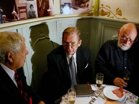S Václavem Havlem a Ivanem Vyskočilem v Divadle Na zábradlí, 90. léta. FOTO GRZEGORZ KLATKA