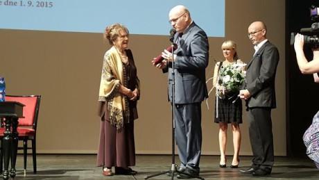 Ministr kultury uvádí Vlastu Chramostovou do Síně slávy Národního divadla. FOTO archiv MK