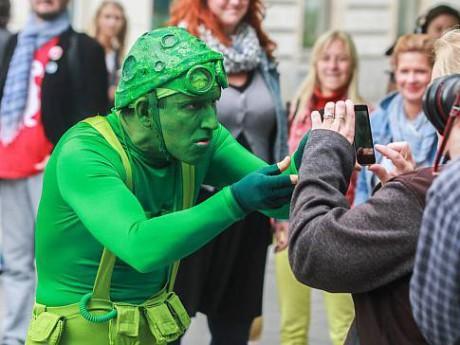 zásahy lidí v prvních řadách tekutinami nebyly výjimkou stejně jako útočné manipulace publikem při vtahování do představení až po agresivní vyděšení dětí (Zelený muž).. FOTO archiv festivalu