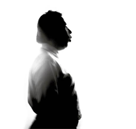 Výběr z pozoruhodného díla fotografa, jehož práci známe z vizuálů Letních shakespearovských slavností, právě vyšel v krásně vypravené publikaci Pavel Mára: Fotografie / Photographs / 1969–2014. Knihu společně vydala nakladatelství MARA a KANT. O cyklu Portréty, do kterého patří i zveřejněná fotografie, napsal estetik a filmový teoretik Stanislav Ulver: Ve svých Portrétech a Rouškách Mára v zásadě popírá jednu z nejvýznamnějších inherentních afinit fotografie (totiž schopnost mechanické a věrné reprodukce), aby ji, v daném případě dosti originálně, nahradil vlastnostmi, jež byly až dosud vyhrazeny spíše imaginativnímu malířství. (Dotazník s Pavlem Márou najdete na str. 15.)