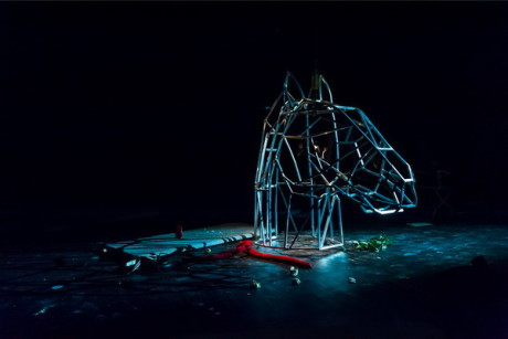 Zajímavé je, že kůň byl pouze rozpůlen - na tělo na kolečkách a na kovovou konstrukci hlavy. FOTO archiv SND