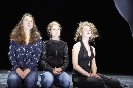Ina Piontek (Olga), Lea Ruckpaul (Irina), Yohanna Schwertfeger (Mascha) Foto: Matthias Horn. FOTO archiv divadla
