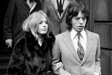 S Mickem Jaggerem opouštějícího soud po obvinění z držení marihuany, Londýn 1968. FOTO archiv