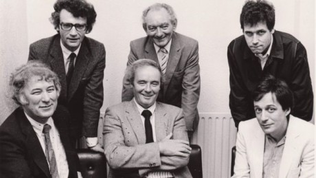 Brian Friel (back centre) with the other founders of the Field Day Theatre Company (clockwise from top left): Seamus Deane, Stephen Rea, Tom Paulin, David Hammond and Seamus Heaney. FOTO archiv BBC