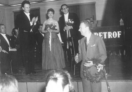 Premiéra Skotské balady V. Lejska, 1964 - dirigent Jaromír Nohejl, manželé Lejskovi, skladatel Benjamin Britten + hudebníci Moravské Filharmonie. Foto: archiv Věry Lejskové