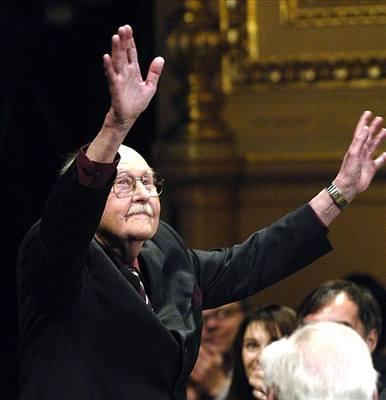 V Národním divadle 25. března 2006 během ceremonilu Cen Thálie, na kterém získal ocenění za celoživotní činoherní mistrovství. FOTO archiv