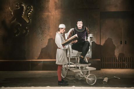 Jenom jeden moment v tomto maximálně účinném výtvarném řešení pro mě zůstává záhadou. FOTO archiv Divadla Minor