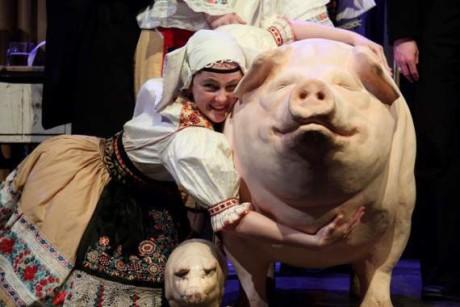Na pódium vtrhla rozjásaná česká Prodanka a s ní český, krojovaný živel. FOTO archiv DHnP