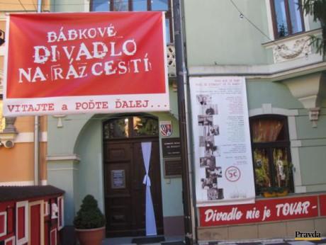 Bábkové divadlo na Rázcestí začalo proti konaniu župana Kotlebu tichý protest. FOTO archiv Pravda.sk