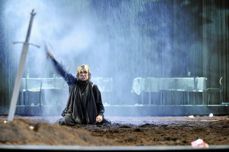 Hamlet (Lars Eidinger) von William Shakespeare SchaubŸhne am Lehniner Platz. Premiere im September 2008. Regie: Thomas Ostermeier. FOTO ARNO DECLAIR