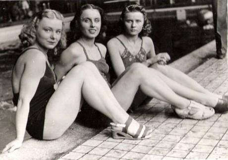 Jarmila Smejkalová, Dagmar Lehovcová a Věra Skálová-Selnerová ve filmu Muži nestárnou (r. V. Slavínský, 1942). FOTO archiv