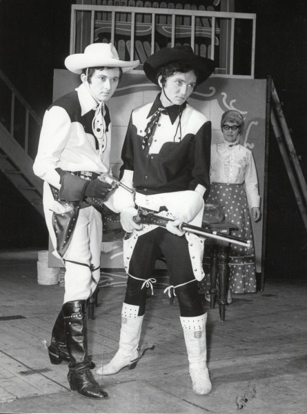 Vpravo se svým bratrem Františkem v inscenaci Zlatovlasá Maud v Krušnohorském divadle v Teplicích. FOTO rodiný archiv