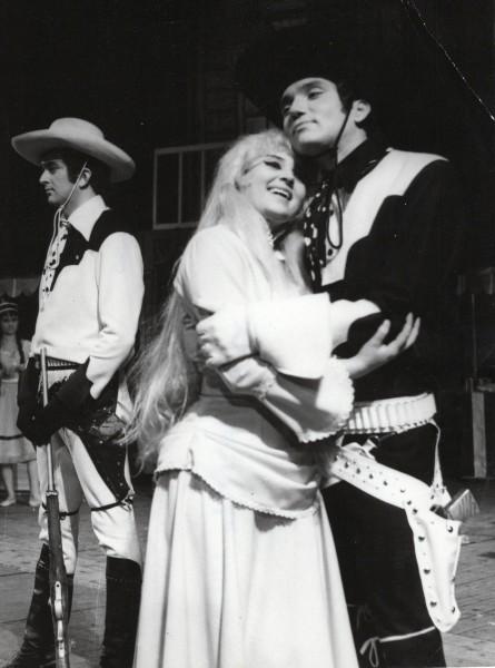 V objetí se svou budoucí ženou Hanou Límanovou (v inscenaci Zlatovlasá Maud). FOTO rodinná archiv