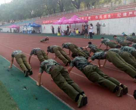 Dva týdny před zahájením studia na univerzitě musí podstoupit vojenský výcvik. FOTO archiv autorky