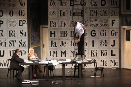 První jednání v kulisách kanceláře: Ludovit Ludha (Albert Gregor), Linda Ballova (Emilia Marty), Gustav Belacek (Dr. Kolenaty, advokat) FOTO JOZEF BARINKA