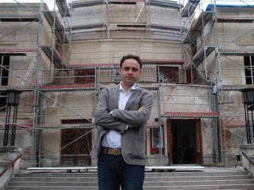 Daniel Přibyl před rekonstruovanou budovou MD Kladno. FOTO archiv