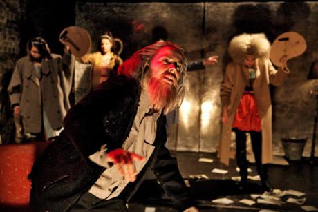 Pokud by divadelní inscenace byla dokumentem, těžko si lze představit, že by hlavní mužskou postavu Miroslava Tichého hrála žena (Ivana Hloužková, jež za ztvárnění získala Cenu Alfreda Radoka. FOTO archiv DHnP