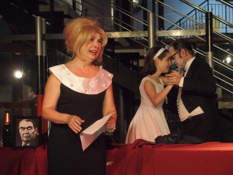 Ivana Hloužková jako Manželka, za ní pod dohledem Leonida tančí Jan Kolařík s Terezou Marečkovou. FOTO JIŘÍ P. KŘÍŽ