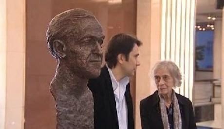 Ve foyeru Janáčkova divadla byla Ivovi Váňovi Psotovi dne 20. října 2003 odhalena busta, jejímž autorem je akademický sochař Nikos Armutidis. FOTO archiv FDB