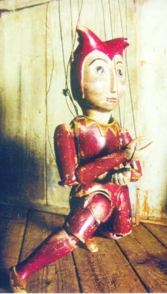 Věky otlučený, ze dřeva vyřezaný králův dvorní šašek, podobný českému Kašpárkovi. FOTO archiv divadla