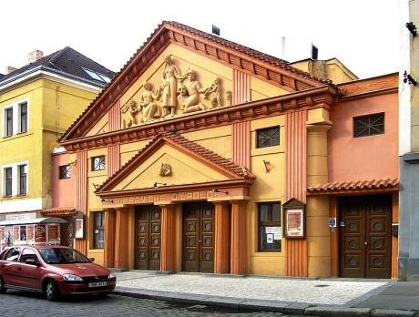 Vstup do Branického divadla v Praze, 29. červen 2007. FOTO Wikipedie