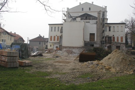 Budova divadla v době rekonstrukce, duben 2014. FOTO archiv DN