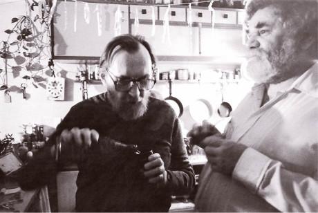 Co bych za to dal, kdybych věděl, o čem jsme tehdy po představení v kuchyni (vyzdobené pouťovými fáborky) s Egonem Bondym meditovali! A moci si to zopakovat!  FOTO JAN BEZUCHA