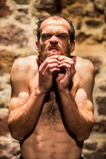 Celou hodinu předváděl herec Ondřej Jiráček hrůzu trpícího homo sapiens na tolik věrně, že jsem měl strach o jeho zdraví. FOTO archiv DOK.TRIN