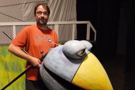 Jevištní výtvarník a loutkář Tomáš Volkmer s loutkou Zobana. FOTO LUCIE MIČKOVÁ