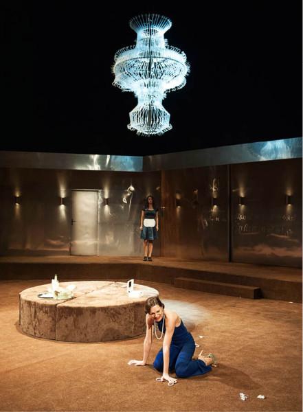 Honosný (a významotvorný) lustr nad Zuzanou Ščerbovou (Lady Milfordová) FOTO PAVEL KŘIVÁNEK