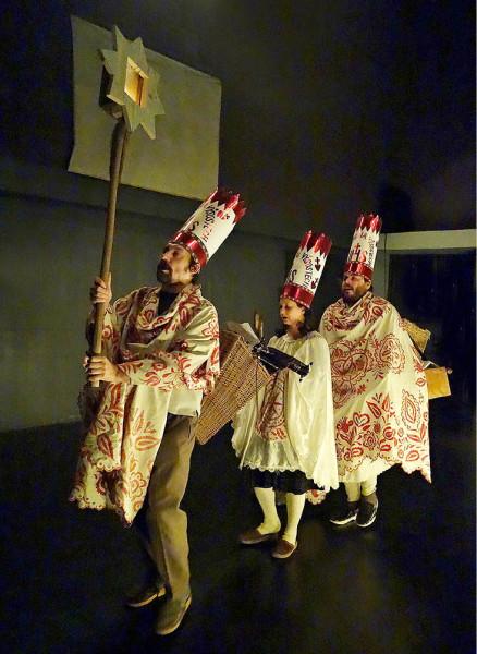 Tři performeři žertovně cupitají, klapou dřeváky, vytrvale a nekonečně prozpěvují další a další sloky písně My tři králové... FOTO PETR KRÁLÍK