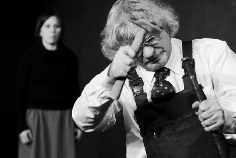 Obecně v divadle zkoumám svou kázeň, toleranci, sociální inteligenci, schopnost překonávat v sobě introverta a jeho zábrany (Dušan Hübl v inscenaci Divadla Kámen Deus ex offo). FOTO archiv Divadla Kámen